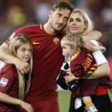 Le lacrime di Totti: l'abbraccio della famiglia è quello di tutto lo stadio Olimpico