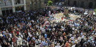 "Manchester, i cittadini ricordano le vittime cantando ""Don't Look Back In Anger"" degli Oasis"