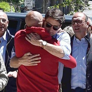 Justin Trudeau ad Amatrice: l'abbraccio col sindaco