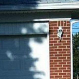 L'ombra sul garage disegna il volto di Rambo