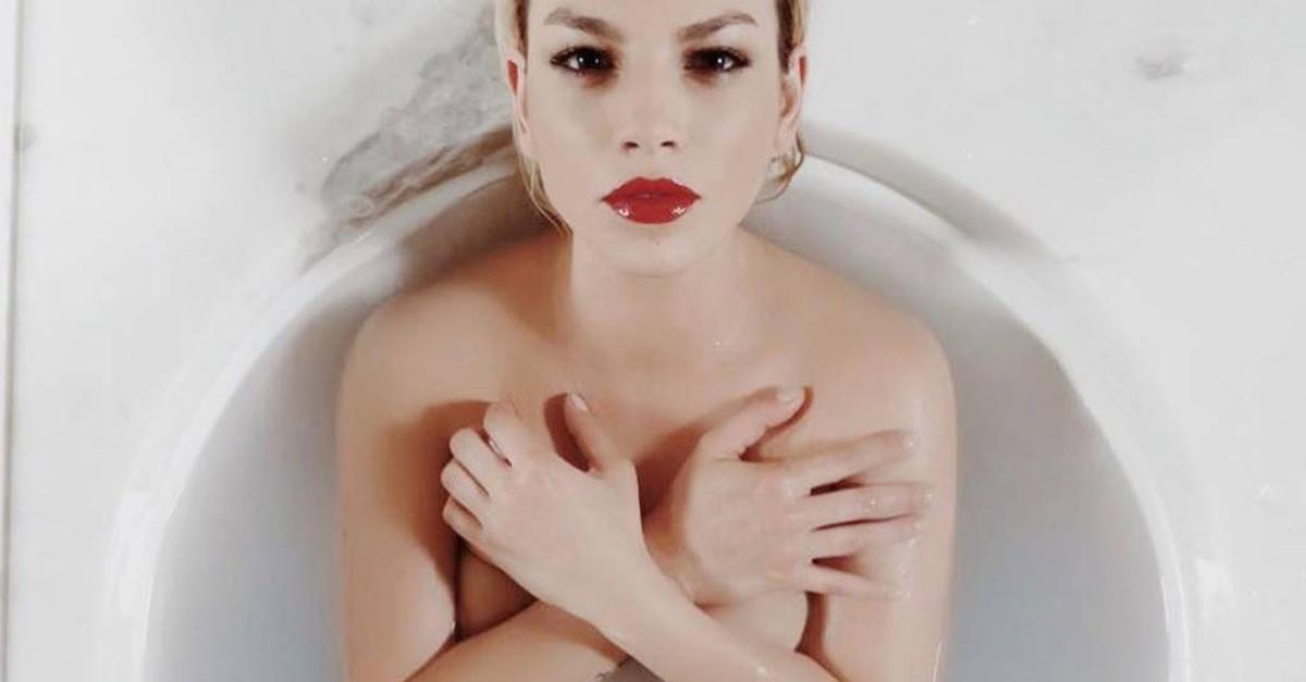 """Emma Marrone, nuda e sensuale per il rossetto di Yves Saint Laurent: """"Sono sempre me stessa"""""""