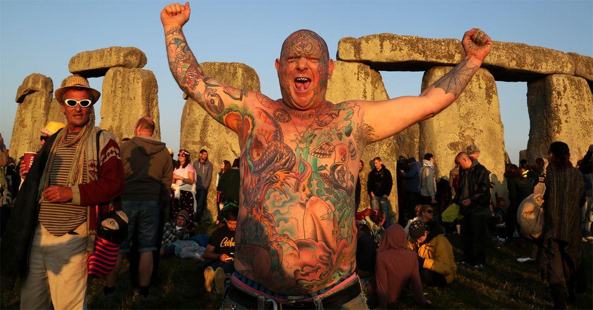 Il Solstizio d'estate e l'antico rito pagano di Stonehenge: in migliaia ad attendere l'alba