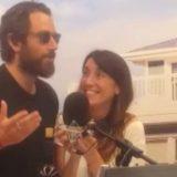 Tommaso Paradiso si presenta a sorpresa in radio con un mazzo di fiori: la reazione della Vale