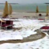 Grandinata nelle Marche: la spiaggia imbiancata nelle immagini dei bagnanti (foto e video)
