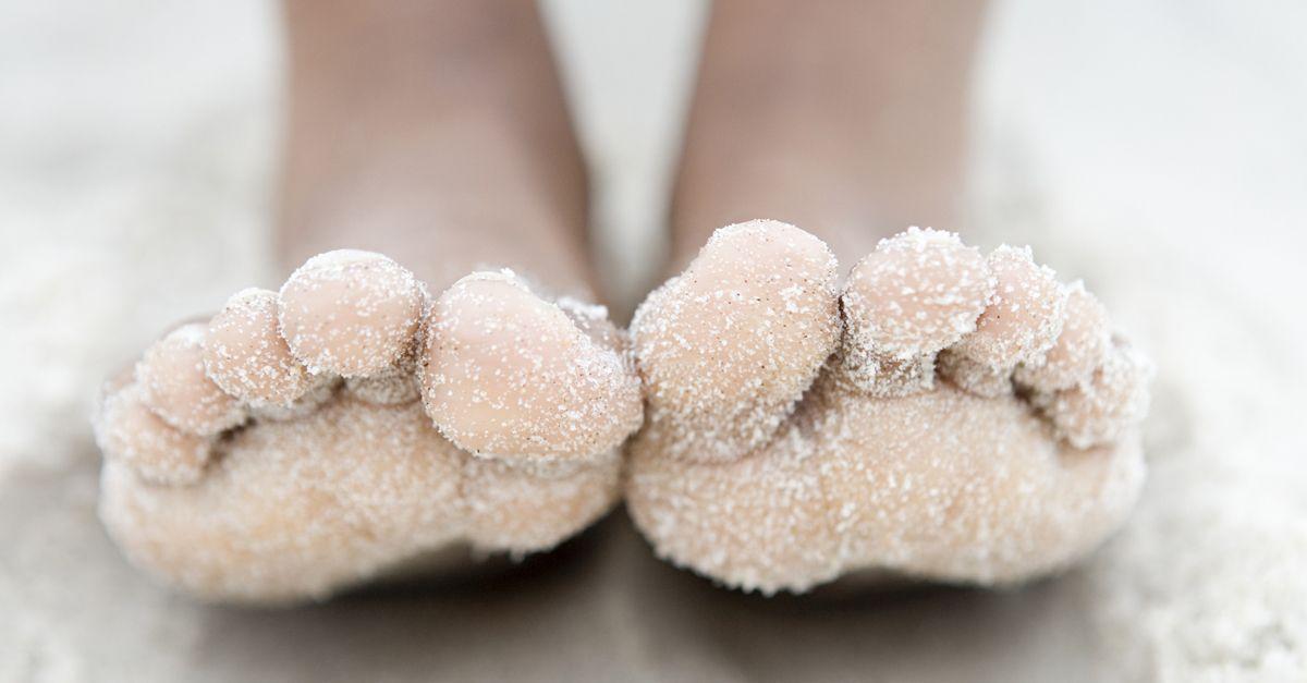 Ecco il trucco definitivo per togliere la sabbia dai piedi