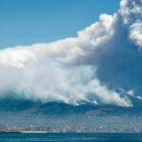 """Vesuvio in fiamme, il contadino Francesco: """"Mi spiace più per la montagna che per il raccolto"""""""