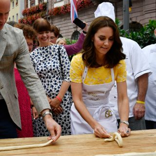 William e Kate tentano di impastare un Brezel