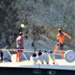 Totti in vacanza stupisce ancora: il passaggio sull'acqua da barca a barca è perfetto