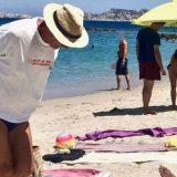 La potenza dell'amore: trascina la carrozzella della moglie in spiaggia per 3 km, con 39 gradi, per farle ammirare il mare più bello