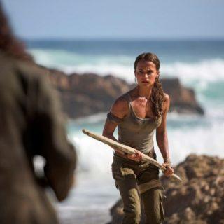 Alicia Vikander è una sexy Lara Croft con l'arco