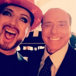 Boy George scatta un selfie con Berlusconi