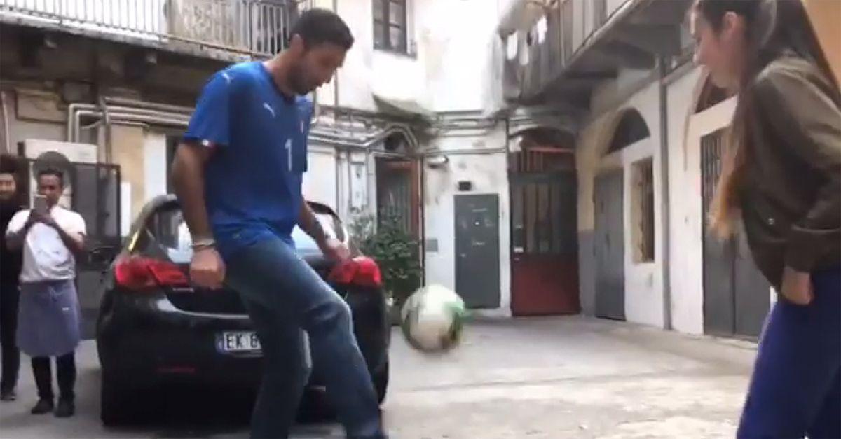 Torino, sfida a colpi di palleggio tra Buffon e la freestyler Lisa