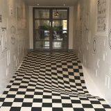 Il pavimento sembra sprofondare: l'illusione ottica con le piastrelle