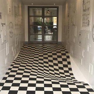 Il pavimento sembra sprofondare: l'illusione ottica