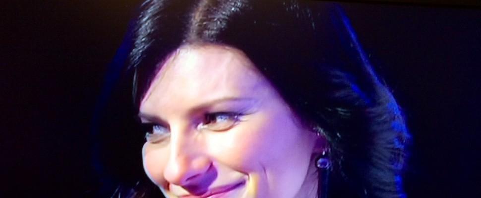 C'è posta per te, Laura Pausini è il tenero dono della coppia gay