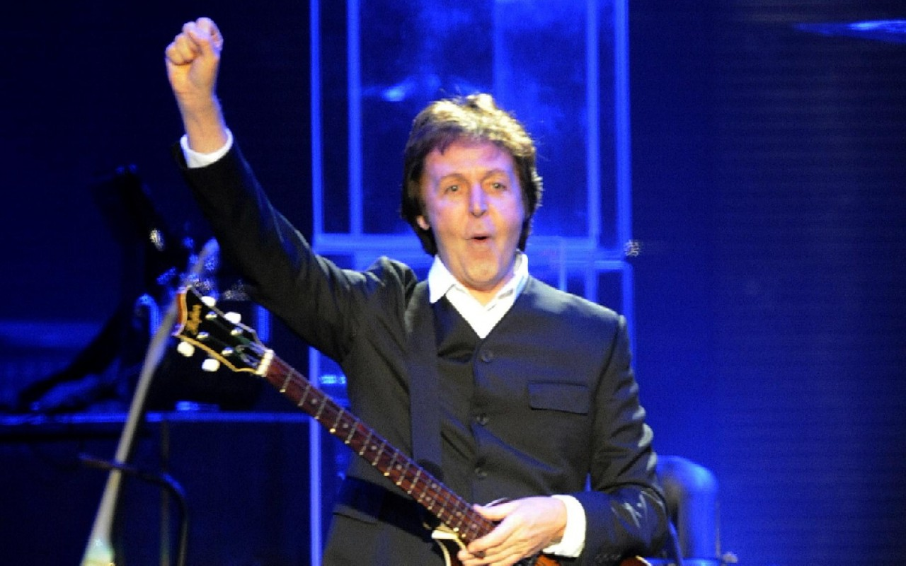 "Beatles, Paul McCartney 'contro' John Lennon: ""La morte lo ha trasformato in un martire"""