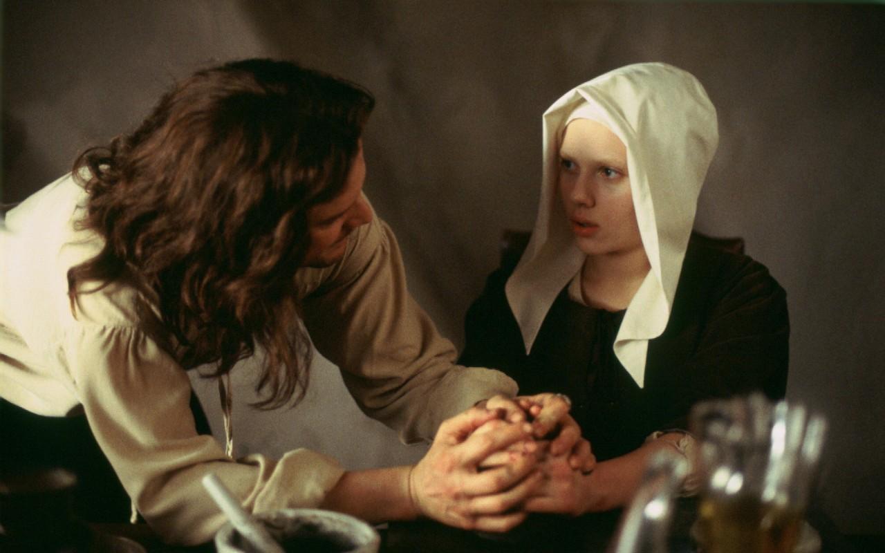 La ragazza con l'orecchino di perla, una dolce Scarlett Johansson in posa per il famoso ritratto fiammingo