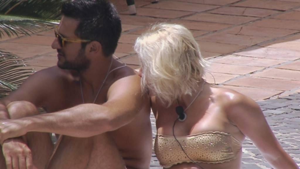 Temptation Island Gabriele e Laura bacio in piscina