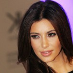 Kim Kardashian torna sui social tra scollature e lato B