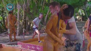 Isola, la prova nel fango: i momenti più hot con Fanny e Cristina