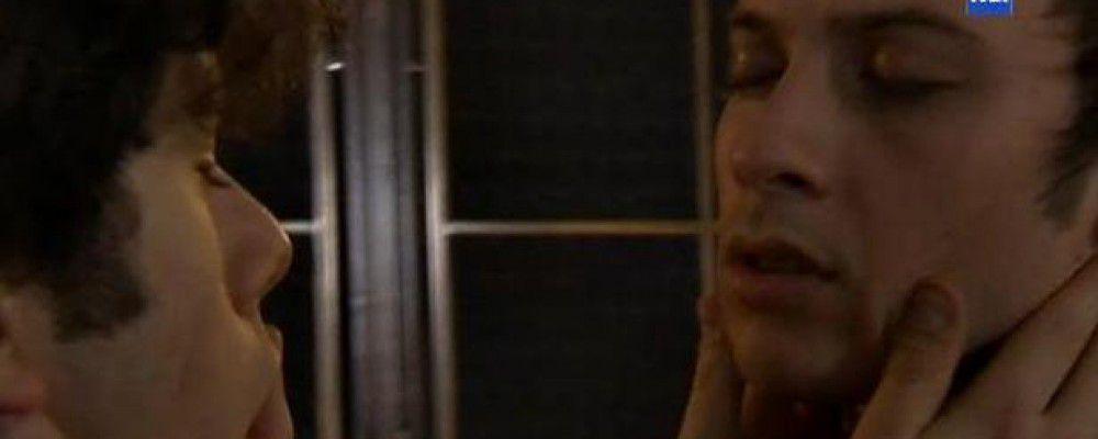 Il bacio gay tra Sandro e Alessio anima Un posto al sole