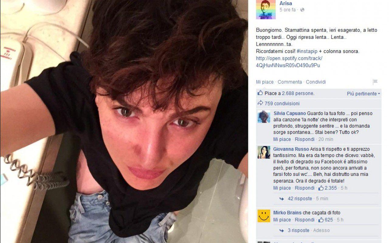 Arisa, in jeans abbassati sulla tazza del water per un  selfie che scatena i social