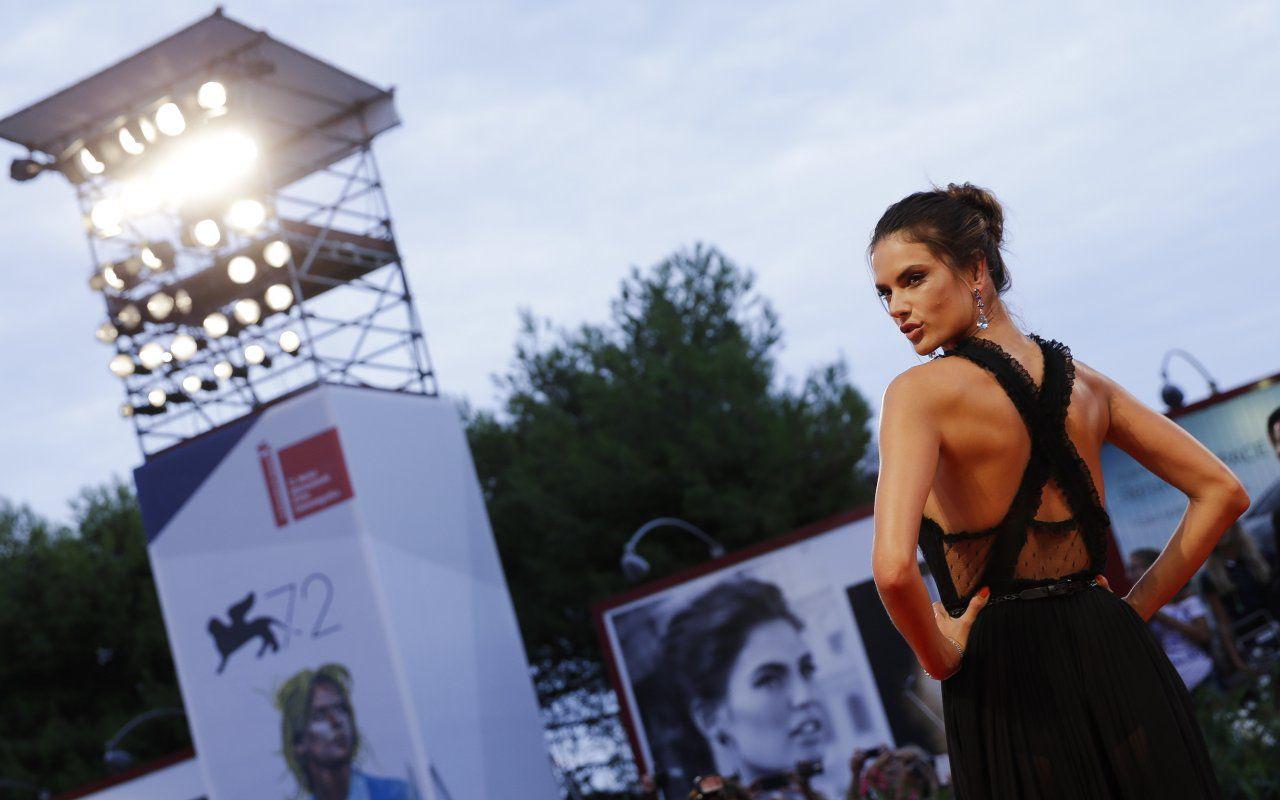 Alessandra Ambrosio al Festival di Venezia, l'angelo di Victoria's Secret in Laguna