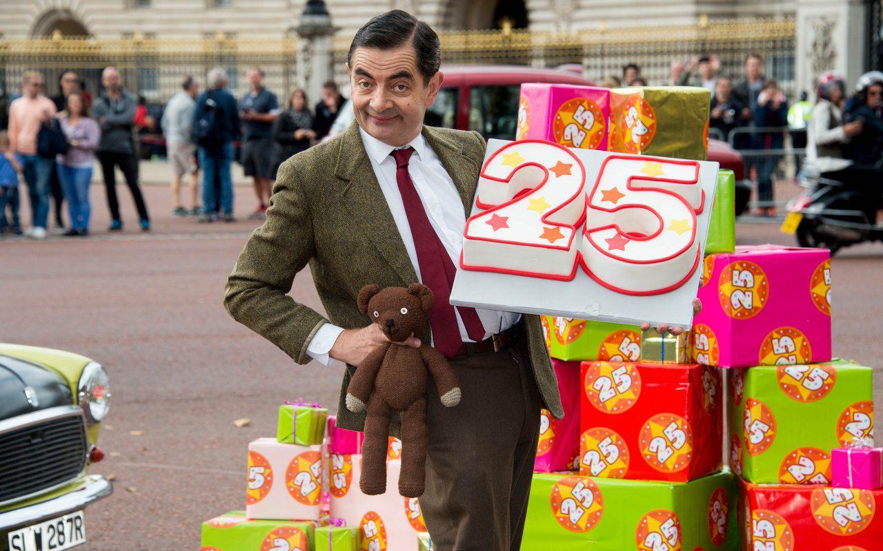 Rowan Atkinson festeggia i 25 anni di Mister Bean a Buckingham Palace
