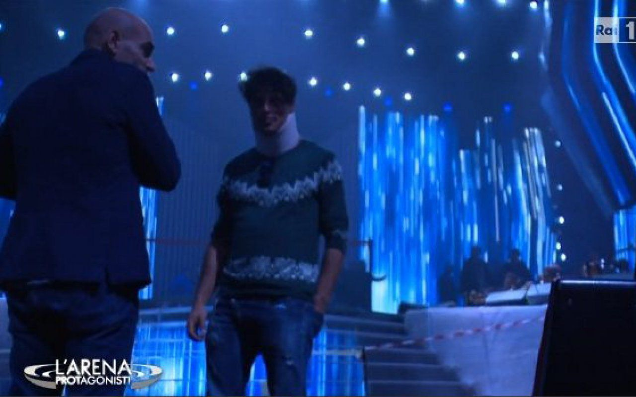 Sanremo 2016, Gabriel Garko con il collare alle prove del Festival