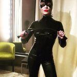 Paola Iezzi sexy Catwoman sui social con frustino