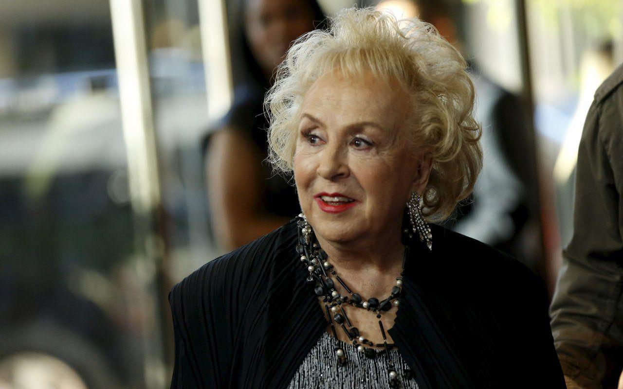 Morta a 90 anni l'attrice Doris Roberts, vincitrice di cinque Emmy Award