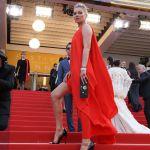 Kate Moss sfila in rosso a Cannes con la sorella