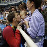 Olimpiadi Rio 2016, Michael Phelps festeggia col figlio Boomer