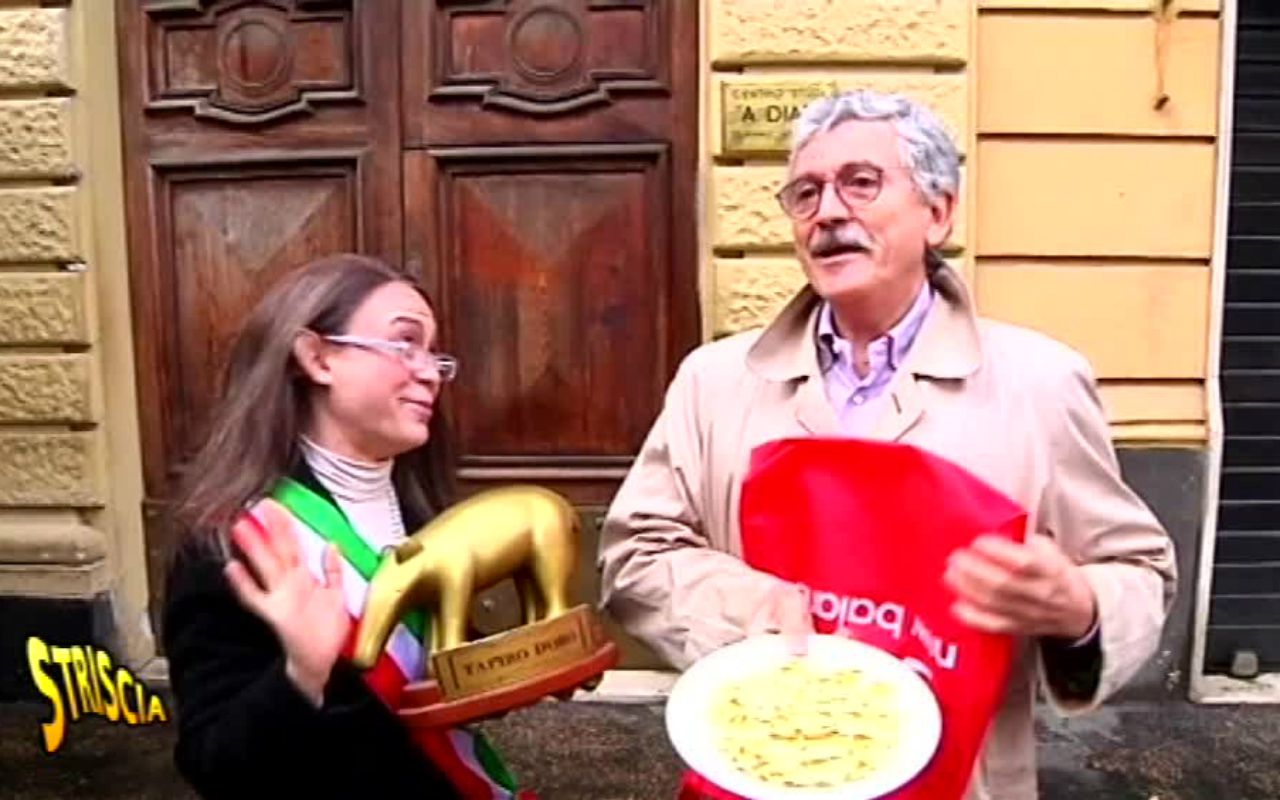 Striscia la Notizia, la consegna del Tapiro fallisce: botta e risposta tra Massimo D'alema e Antonio Ricci