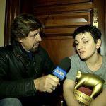 """Striscia consegna il Tapiro a Arisa: """"Ero ansiosa e ho esagerato con lo champagne"""""""