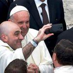 Un selfie con il Papa, Francesco raccontato da chi si è fotografato con lui