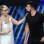 Sanremo 2017, il trionfo di Ricky Martin con il cucchiaio di legno di Maria De Filippi