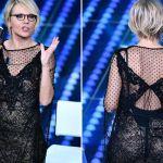 Sanremo 2017, tutti gli abiti di Maria De Filippi: le piume per la finalissima