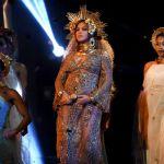 Beyoncé tutta dorata sul palco dei Grammy mostra il pancione