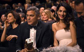 Amal e George Clooney sul tappeto rosso sfila il pancione