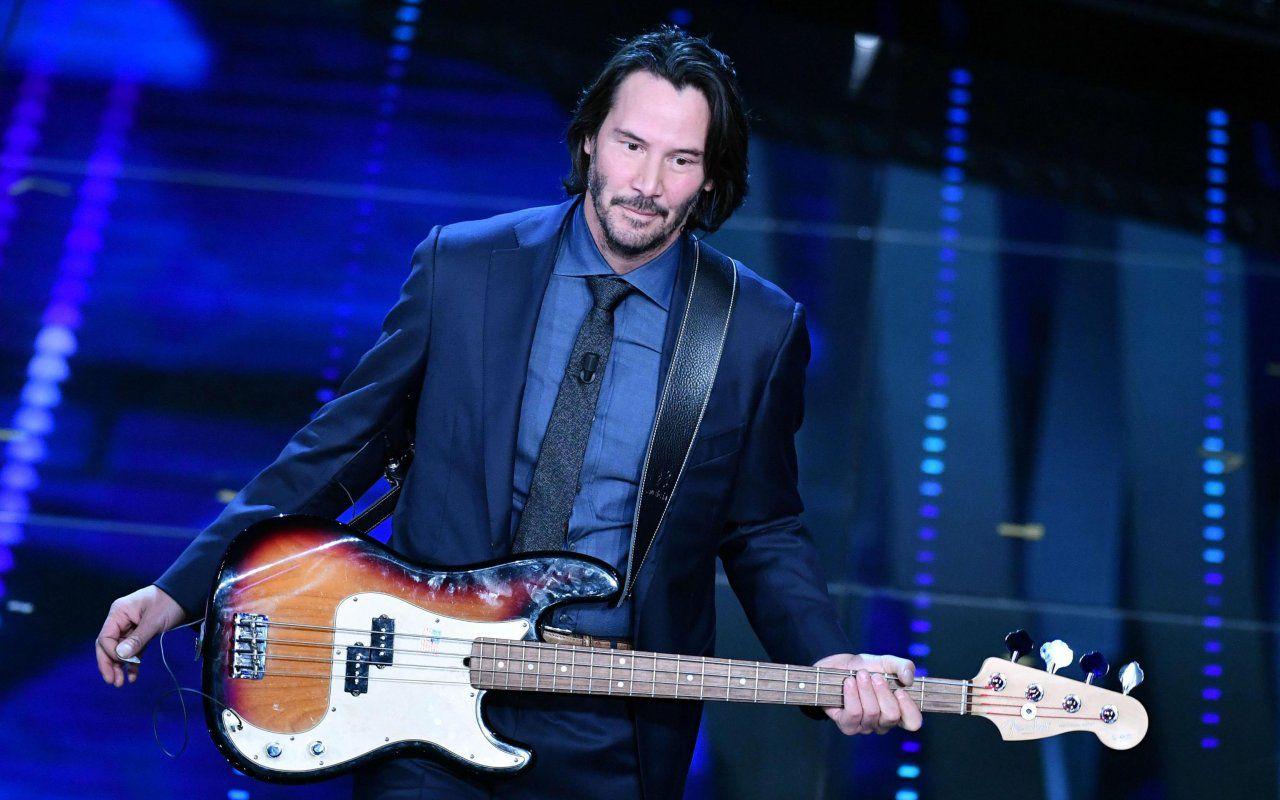 Keanu Reeves rockstar: suona il basso al Festival di Sanremo. Il video