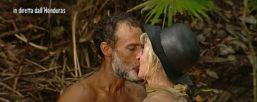 Isola dei famosi 2017, il bacio tra Raz Degan e Paola Barale