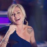 Paola Barale, caduta tragicomica a Milano
