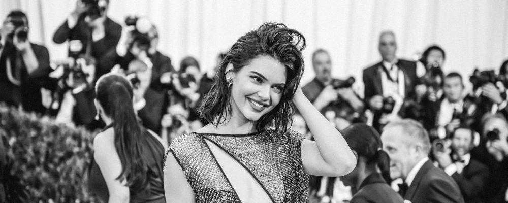 Kendall Jenner cade dalla bicicletta: il video spopola sui social