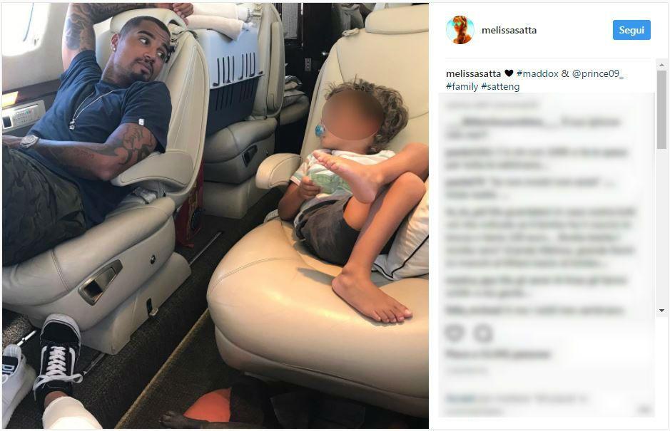 Melissa Satta: il figlio Maddox gioca con 100 euro, criticata