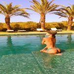 Belen Rodriguez, le mille bolle blu e il topless dell'estate