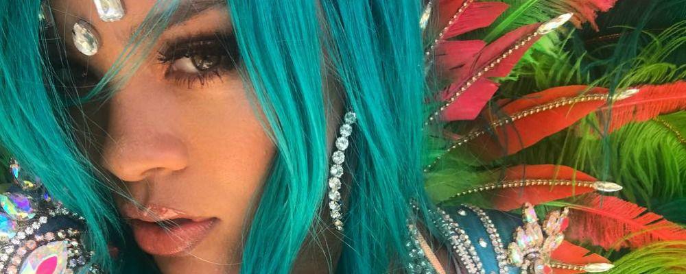 Rihanna, nuovo look con i capelli blu alle Barbados