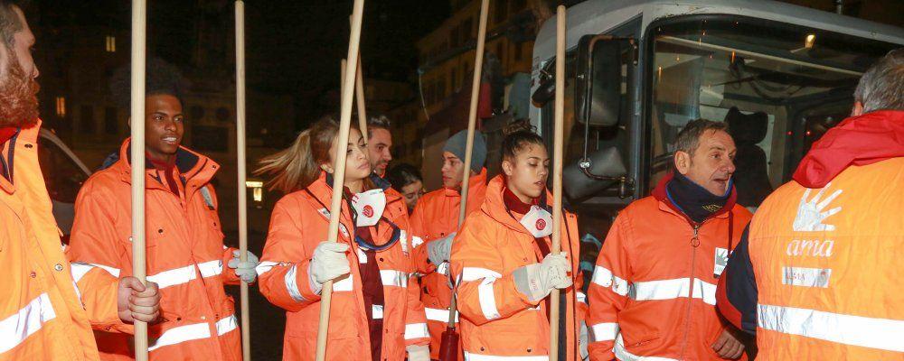 Amici 17, Maria De Filippi fa partire le punizioni: cominciate le pulizie nelle strade di Roma