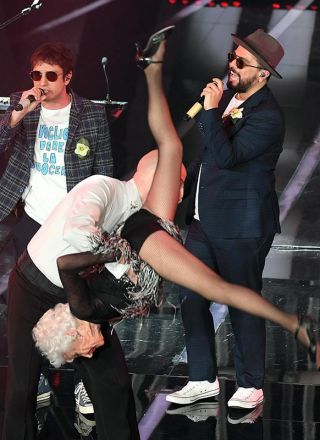 """Sanremo 2018, lo Stato Sociale con Paddy, la """"vecchia che balla"""""""