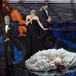 Sanremo 2018, il capitombolo di Sabrina Impacciatore sul palco dell'Ariston